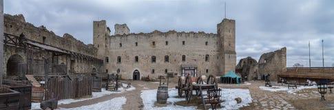 Binnenplaats in het oude kasteel royalty-vrije stock afbeeldingen