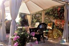 Binnenplaats met bloemen Stock Foto's