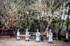 Binnenplaats met standbeelden, Turkije Duc Tomb, Tint, Vietnam wordt geflankeerd dat Royalty-vrije Stock Afbeeldingen