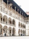 Binnenplaats met witte arcades van Wawel-Kasteel, Krakau, Polen stock foto