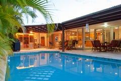 Binnenplaats met zwembad Stock Foto's