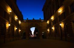 Binnenplaats tussen arche van het Parlement Huis Riksdag, Stockholm, stock foto's