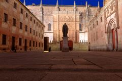 Binnenplaats van belangrijke scholen, met het standbeeld van Strijd Luis de Leon en de voorgevel van de oude Universiteit van Sal stock afbeelding