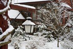 Binnenplaats van buitenhuis onder sneeuw Royalty-vrije Stock Afbeeldingen