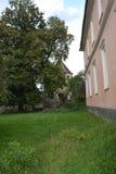 Binnenplaats van de oude middeleeuwse versterkte Saksische kerk in het dorp Cristian, Sibiu provincie, Transsylvanië, Roemenië stock afbeelding