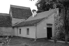 Binnenplaats van de oude middeleeuwse versterkte Saksische kerk in het dorp Cristian, Sibiu provincie, Transsylvanië, Roemenië royalty-vrije stock afbeelding