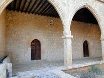 Binnenplaats van een oud klooster Stock Fotografie