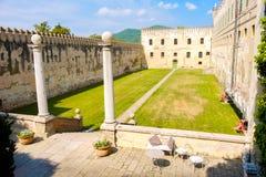 Binnenplaats van het Catajo-kasteel in het euganean heuvelsgebied royalty-vrije stock foto's