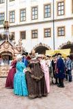 Binnenplaats van het kasteel, de dames en de heren in de kostuums van stock fotografie