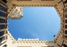 Binnenplaats van Hluboka-kasteel Ongebruikelijke mening aan de hemel Stock Fotografie