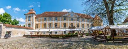 Binnenplaats van kasteel in Slovenska Bistrica Stock Afbeeldingen