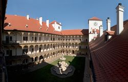 Binnenplaats van kasteel in stad Bucovice in Tsjechische Republiek Royalty-vrije Stock Afbeeldingen