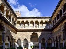 Binnenplaats van Koninklijke Alcazar van Sevilla, Spanje Stock Fotografie