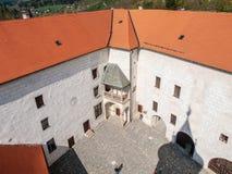 Binnenplaats van Ledec-Kaste, Ledec-nad Sazavou, Tsjechische Republiek Mening van Kasteeltoren royalty-vrije stock fotografie