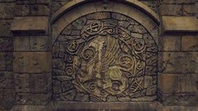 Binnenplaats van middeleeuws kasteel, verbazende grote bas-hulp met wapenschild, bruine steenmuren stock videobeelden