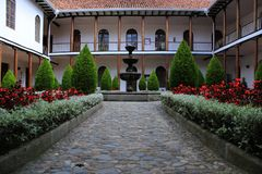 Binnenplaatsbinnenland, met balkons en een fontain in het midden, weelderige en volkomen symmetrische plein royalty-vrije stock fotografie