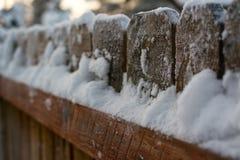 Binnenplaatsomheining die in sneeuw wordt behandeld stock foto's