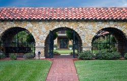 Binnenplaatstuin met poorten Stock Afbeelding