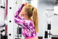 Binnenportret mooi sexy meisje in sportkleding in gymnastiek Stock Fotografie