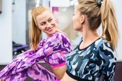Binnenportret mooi sexy meisje in sportkleding in gymnastiek Royalty-vrije Stock Fotografie