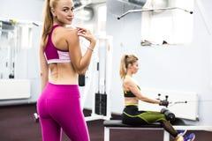 Binnenportret mooi sexy meisje in sportkleding in gymnastiek Stock Foto