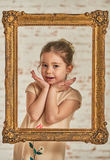 Binnenportret van een expressve aanbiddelijk jong meisje Royalty-vrije Stock Afbeeldingen