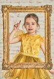 Binnenportret van een expressve aanbiddelijk jong meisje Royalty-vrije Stock Foto