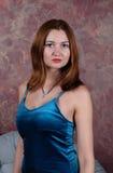 Binnenportret van het jonge mooie modieuze vrouw stellen in studiobinnenland Vrouwelijk manierconcept stock foto's