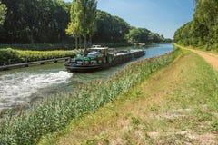 Binnenscheepvaart en roeien op het kanaal bocholt-Herentals Stock Afbeelding