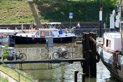 Binnenscheepvaart en terras op de rivier Meuse Stock Fotografie
