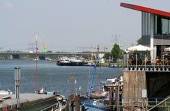 Binnenscheepvaart op de rivier Meuse Stock Foto's