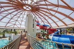 Binnentoren en dia's in Nymphaea Aquapark in Oradea, Roemenië Royalty-vrije Stock Foto's