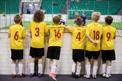 Binnenvoetbalteam Gelijke van het Futsal de binnenvoetbal voor jonge geitjes stock fotografie