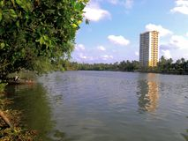 Binnenwater Kerala en grote gebouwen Royalty-vrije Stock Afbeelding