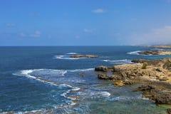 Binnenwatergetijde op steenachtige kust Royalty-vrije Stock Afbeeldingen