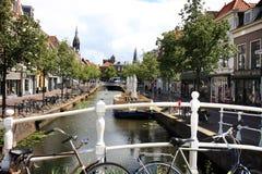 Binnenwatersloot na louça de Delft histórica da cidade, Holanda Fotografia de Stock