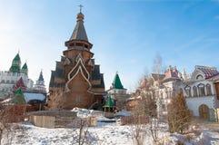 Binnenwerf van Izmailovo het Kremlin met rijk houtsnijwerk op muren, vensters, treden stock foto