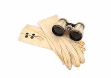 Binocoli da teatro madreperlacei antichi con i guanti di cuoio Fotografia Stock