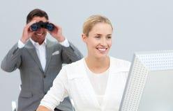 Binocolo ambizioso della holding del gestore che spia sopra Fotografie Stock Libere da Diritti