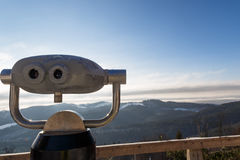 Binocolo che guarda fuori la montagna di inverno Immagini Stock