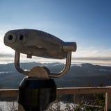 Binocolo che guarda fuori la montagna di inverno Fotografia Stock Libera da Diritti