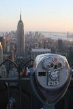 Binocolo che osserva Empire State Building Fotografie Stock
