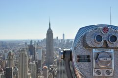 Binocolo davanti all'orizzonte di Manhattan, New York fotografia stock