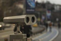 Binocolo del metallo per uso pubblico con la pista ciclabile vaga nei precedenti a Costantinopoli fotografia stock