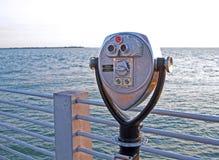 Binocolo della moneta alla spiaggia Immagini Stock Libere da Diritti