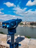 Binocolo della moneta in bella città europea di estate fotografia stock