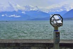 Binocolo e vista panoramica del lago e delle montagne Fotografia Stock Libera da Diritti