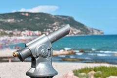 Binocolo sul lungonmare in un centro balneare italiano fotografie stock