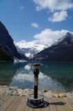 Binocolo sulle rive di Lake Louise Fotografie Stock Libere da Diritti
