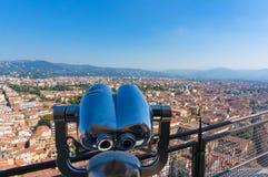 Binocolo turistico sulla piattaforma di osservazione con paesaggio urbano b di Firenze Fotografie Stock